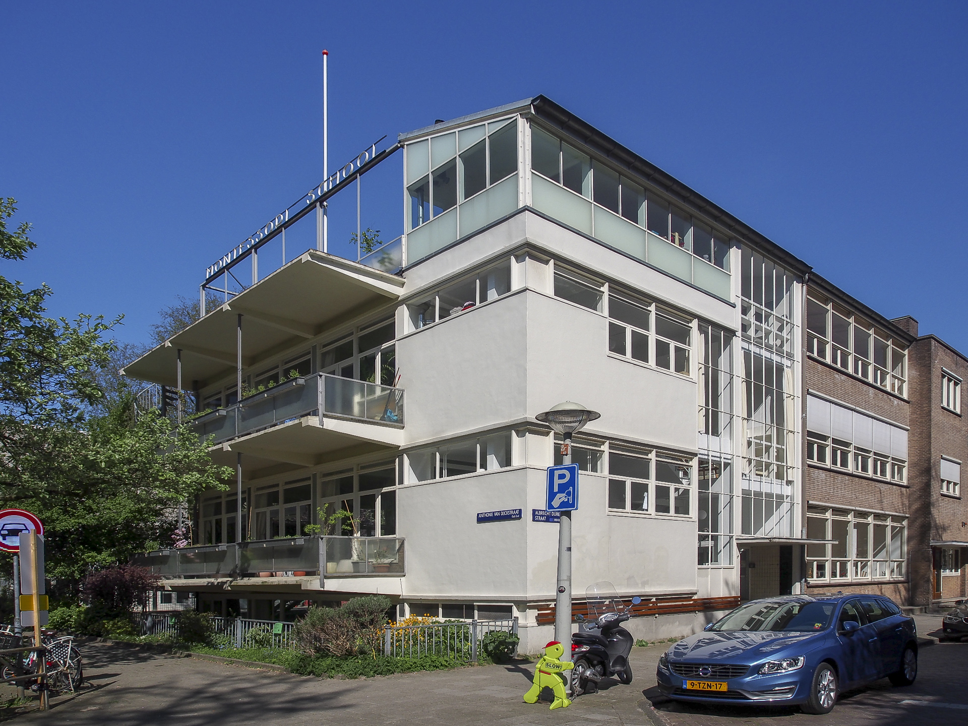 Een vrolijk schoolgebouw voor kinderen